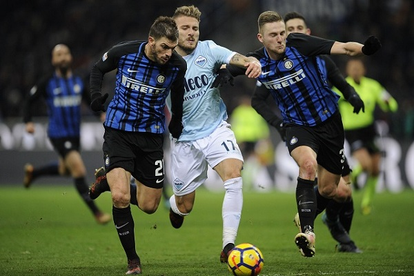 MILAN, MILANO - DECEMBER 30: Ciro Immobile of SS Lazio compete for the ball with Milan Skiniar and Davide Santon of FC Internazionale during the serie A match between FC Internazionale and SS Lazio at Stadio Giuseppe Meazza on December 30, 2017 in Milan, Italy. (Photo by Marco Rosi/Getty Images )