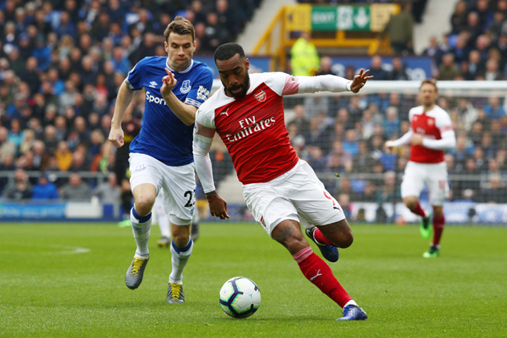 LIVERPOOL, ENGLAND - APRIL 07: Alexandre Lacazette of Arsenal (R) challenges for the ball with Seamus Coleman of Everton during the Premier League match between Everton FC and Arsenal FC at Goodison Park on April 07, 2019 in Liverpool, United Kingdom. (Photo by Clive Brunskill/Getty Images)