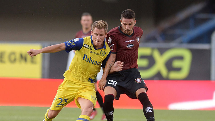 VERONA, ITALY - AUGUST 16:  Valter Birsa (L) of AC Chievo Verona competes with Andrea Russotto of US Salernitana during the TIM Cup match between AC Chievo Verona and US Salernitana at Stadio Marc'Antonio Bentegodi on August 16, 2015 in Verona, Italy.  (Photo by Dino Panato/Getty Images)
