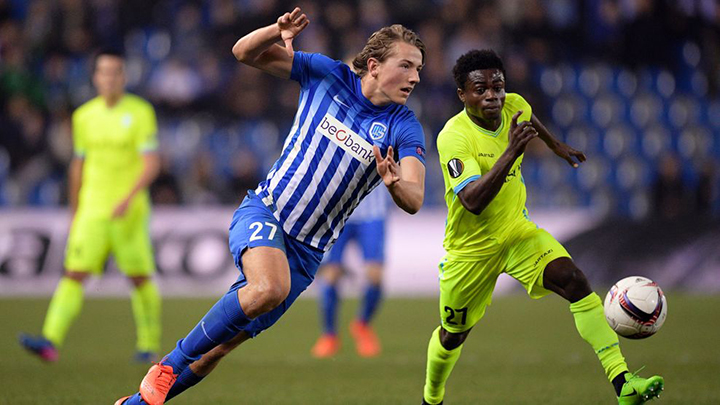 Genk's Sander Berge (L) vies with Gent's Moses Simon during UEFA Europa League football match between Genk and Gent on March 16, 2017 in Genk. / AFP PHOTO / BELGA / YORICK JANSENS / Belgium OUT        (Photo credit should read YORICK JANSENS/AFP/Getty Images)