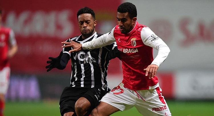 Vitoria Guimaraes' forward Hernani Fortes (L) vies with Sporting Braga's Brazilian defender Marcelo Goiano during the Portuguese league football match SC Braga vs Vitoria Guimaraes SC at the Municipal stadium in Braga, on January 22, 2017. / AFP / MIGUEL RIOPA (Photo credit should read MIGUEL RIOPA/AFP via Getty Images)