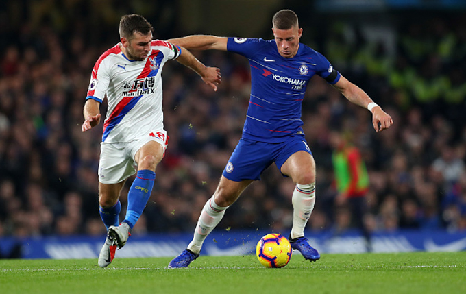 LONDON, ENGLAND - NOVEMBER 04: James McArthur of Crystal Palace battles with Ross Barkley of Chelsea during the Premier League match between Chelsea FC and Crystal Palace at Stamford Bridge on November 4, 2018 in London, United Kingdom. (Photo by Catherine Ivill/Getty Images)