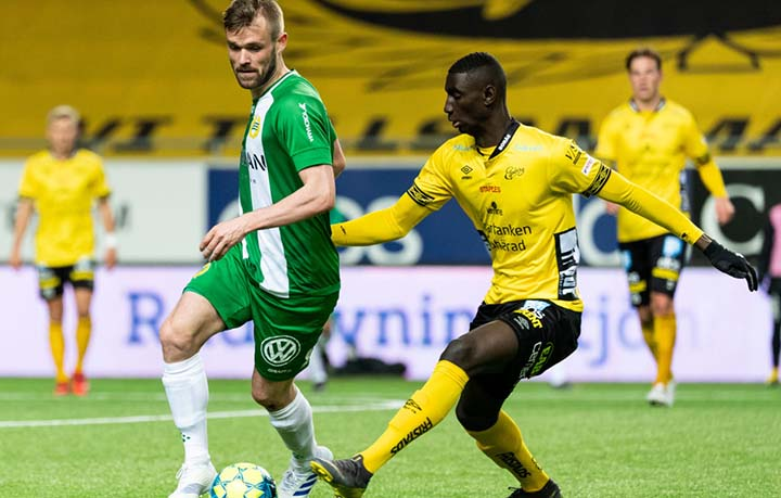 IF Elfsborg, ITALY - NOVEMBER 16: Riccardo Maniero of IF Elfsborg and Leonardo Blanchard of Varbergs BoIS FC in action during the Serie B match between IF Elfsborg Calcio and Varbergs BoIS FC at Adriatico Stadium on November 16, 2014 in IF Elfsborg, Italy. (Photo by Giuseppe Bellini/Getty Images)